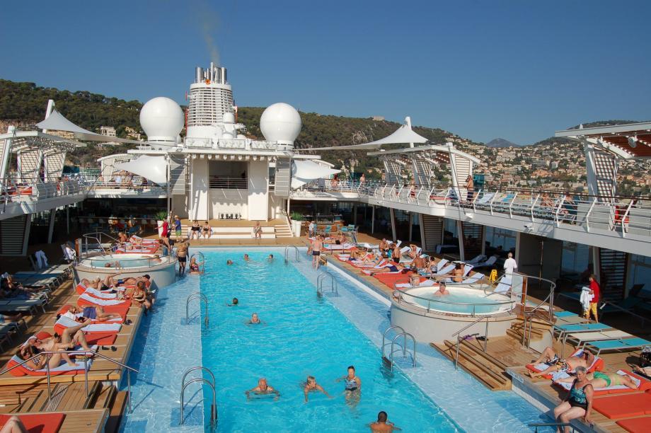 Une piscine de 25 mètres de long pour un moment de détente absolue.