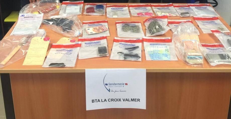 Le 7 septembre dernier, on a retrouvé 45 g de cocaïne, 192 g de cannabis et 11 g d'herbe, des faux billets ainsi que quelques milliers d'euros de vrais billets.