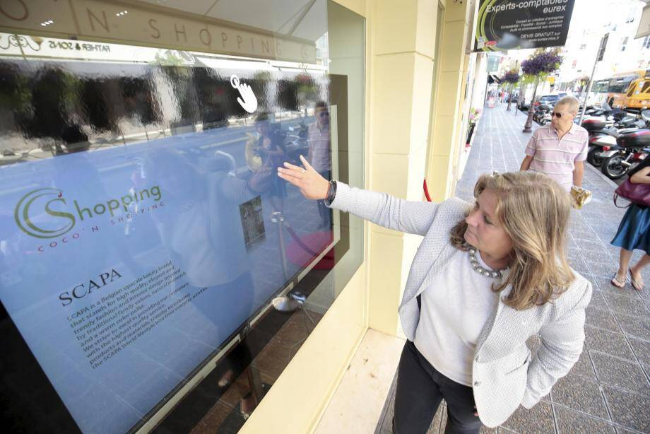 Un écran tactile pour tout savoir sur le contenu concret et virtuel de la boutique d'Elsie de Mik.
