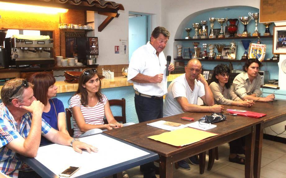 Le président de Gladice, Paul Sartirioli (debout), et son bureau, lors de la dernière réunion de l'association au mois de juin (notre édition du 30 juin).