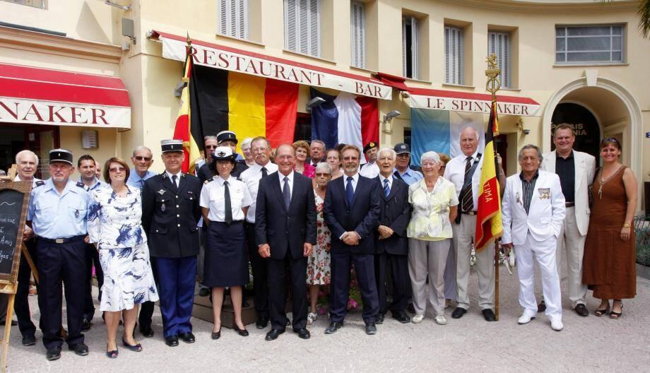 Marcel Bar en compagnie du député-maire Jean-Claude Guibal et de leurs invités, à l'occasion de la Fête nationale belge, célébrée chaque année dans les jardins Biovès.
