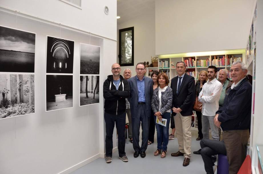 Inauguration par le maire et Xavier Beck de l'exposition d'Alain Jouannetaud en présence notamment de l'artiste (à gauche).