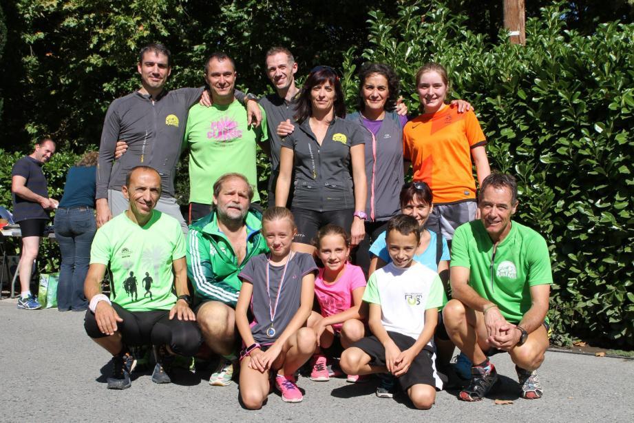 Un joli club sospellois ouvert et composé de coureurs passionnés et partageant la même philosophie sportive autour du président Patrice Bessi (2e en bas à gauche), de la trésorière Claire Cros (au centre) et du secrétaire Pierre Salcedo (en haut à gauche).