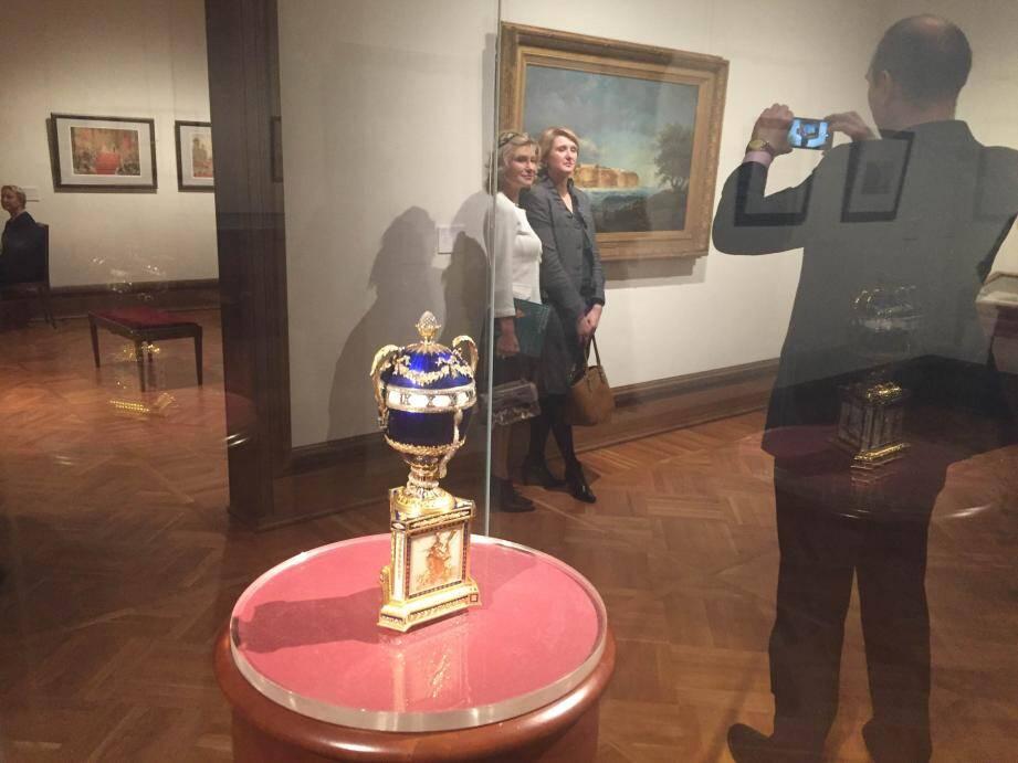 Parmi les portraits, lettres et tableaux exposés, l'horloge de table-œuf avec  un serpent de la firme Fabergé, objet des Romanov appartenant aujourd'hui  au Palais princier, est l'une des pièces maîtresses de l'exposition.