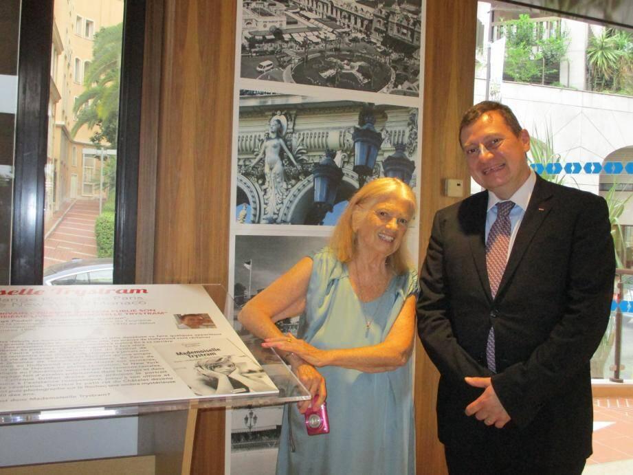Récemment, Solange Podell a exposé une partie de son travail à la Direction du Tourisme - ici avec le directeur Guillaume Rose - qui a fait appel a ses services pendant presque vingt ans pour portraitiser la Principauté.