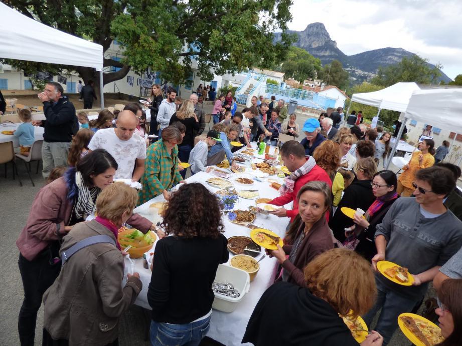 Un buffet convivial et joyeux a été organisé hier midi à l'école du Pioulier. Et on a bien entendu trinqué à la santé de la pédagogie Freinet !
