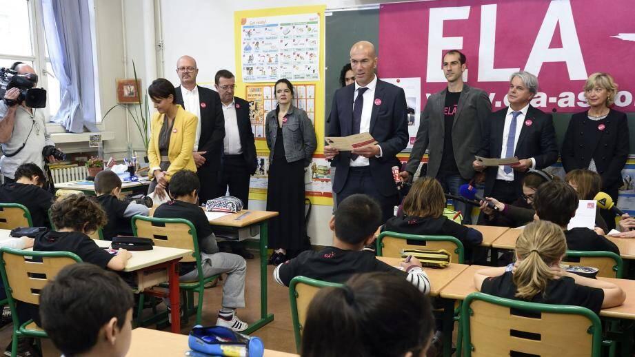 Parrain de l'association ELA, ZInedine Zidane se plie chaque année à la lecture de la fameuse Dictée dans les écoles.
