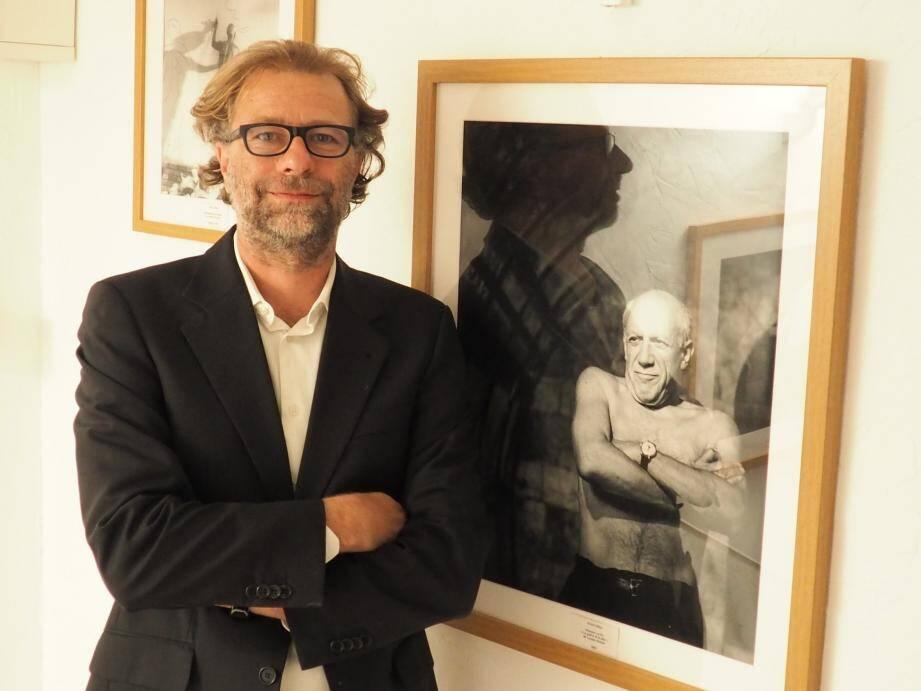 Olivier Lécine devant un portrait de Picasso par André Villers.