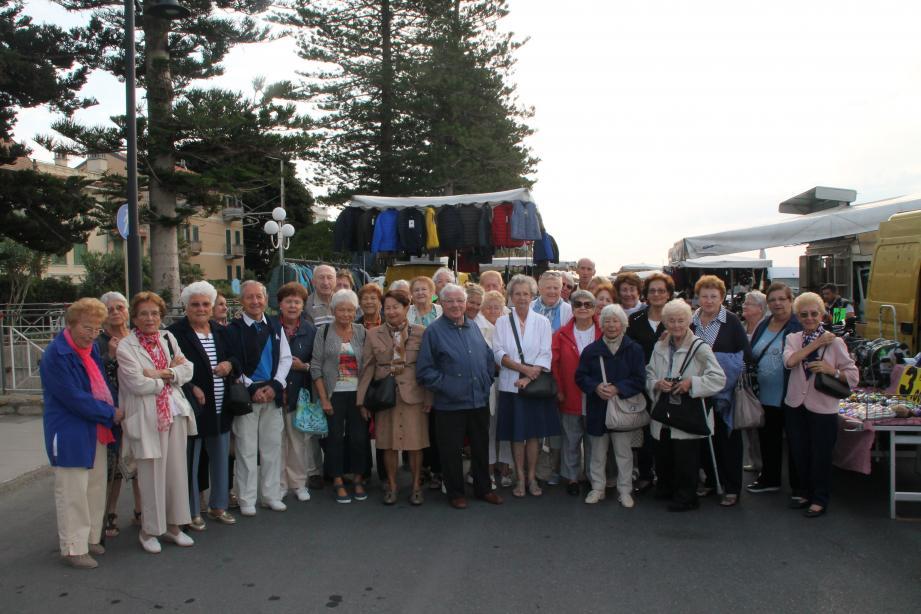 La visite du marché de Bordighera est un moment convivial pour les seniors de la commune. (DR)