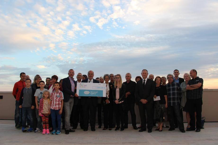 Un chèque de 1000 € remis à l'association Promenade des Anges 14 juillet 2016. (D.R.)