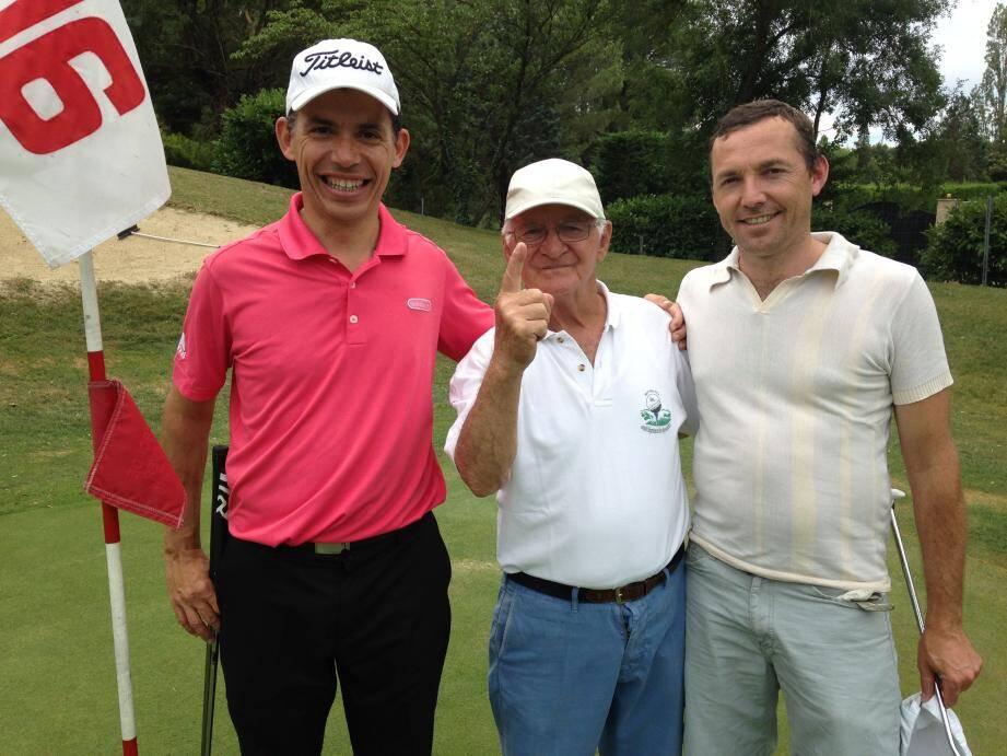 Roberto Gotta est unique ! L'auteur de l'exploit a été chaudement félicité par Florent Honoré (à d.), responsable événementiel à la Grande Bastide et Ludovic Pont, rédacteur en chef de Golf Magazine.
