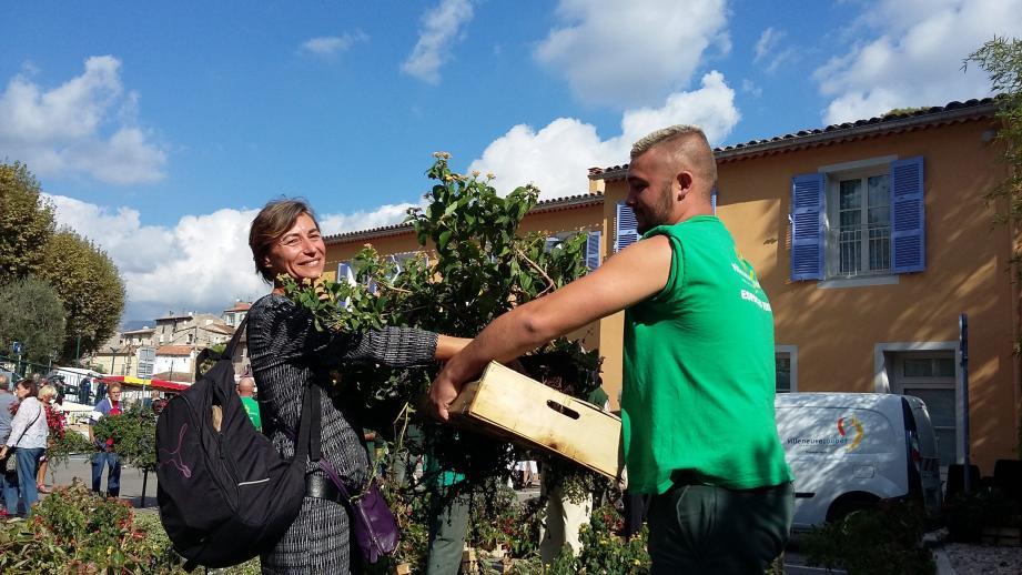 Le personnel municipal a remis les fleurs avec quelques conseils en prime quant à l'entretien des plantes.