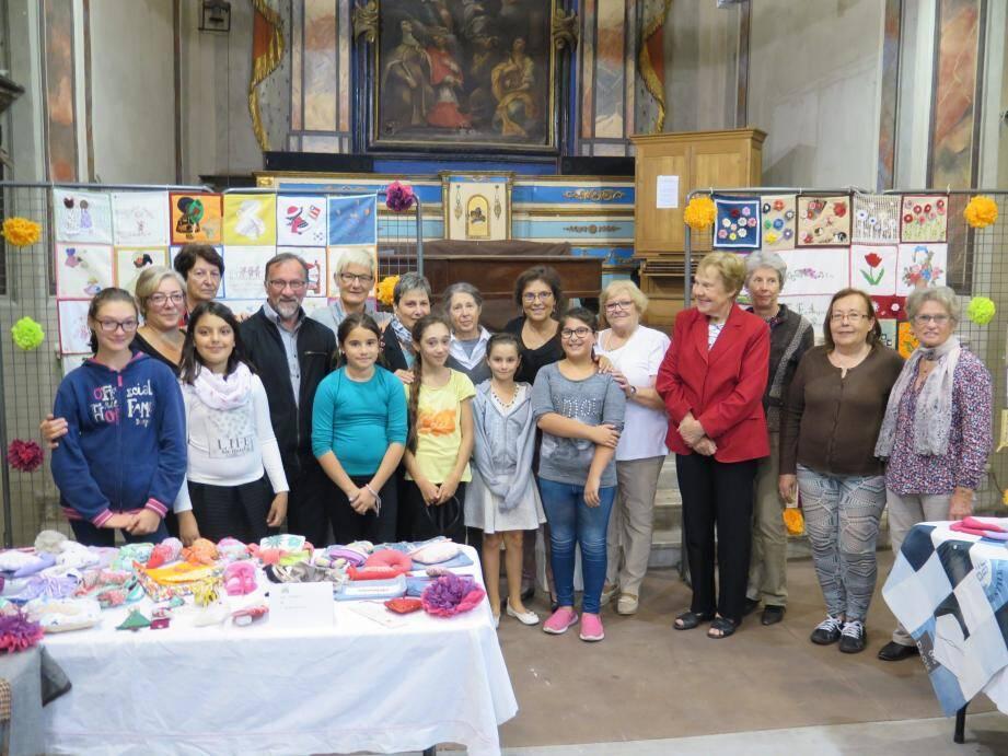 Les membres de l'association De Fil en Aiguille qui ont contribué à cette exposition.