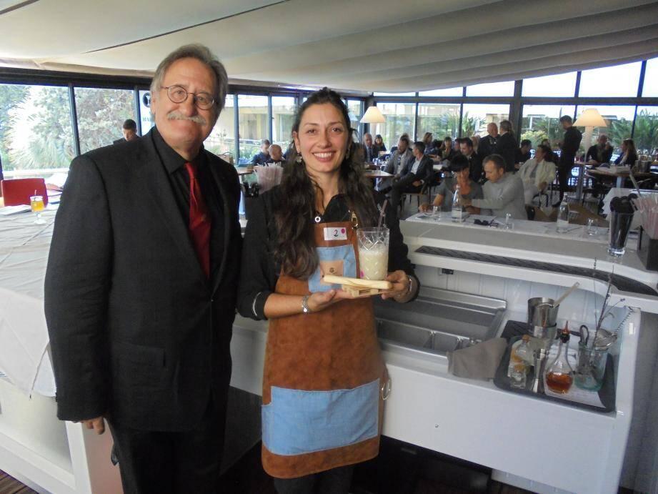 La lauréate Edwige Coulomb et son cocktail « Douceur de Marseille » aux côtés de Georges Enrietti, ancien barman du Martinez.