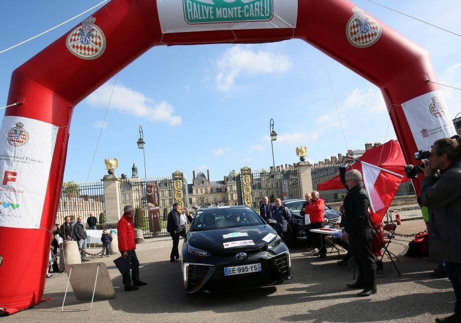 Le maire de Monaco et son adjoint se sont élancés au volant d'une Toyota Mirai.