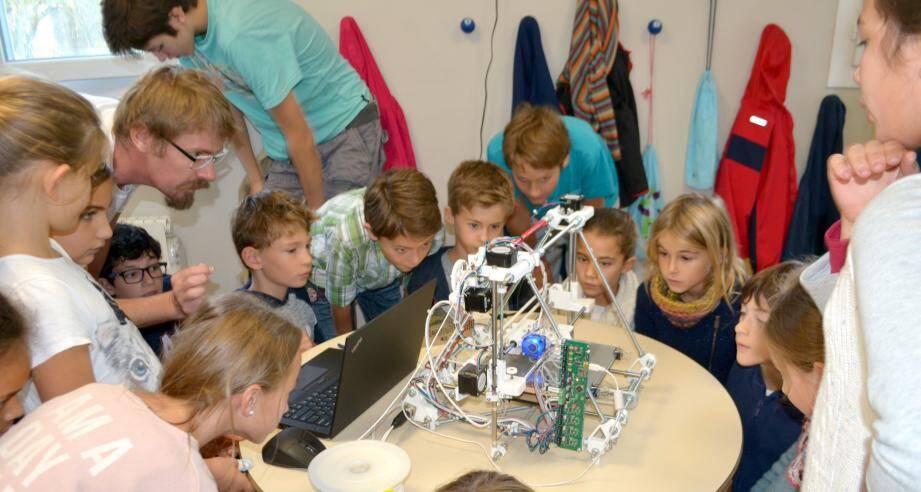 Les démonstrations des ingénieurs ont suscité beaucoup d'intérêt.