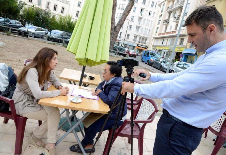 Depuis Lundi, Eric Elbaz et Nadia Hamrouchi interviewent les gens de République : « On veut recueillir une libre parole, sans artifice, mais parfaitement légitime ».(photo Gilles Traverso)