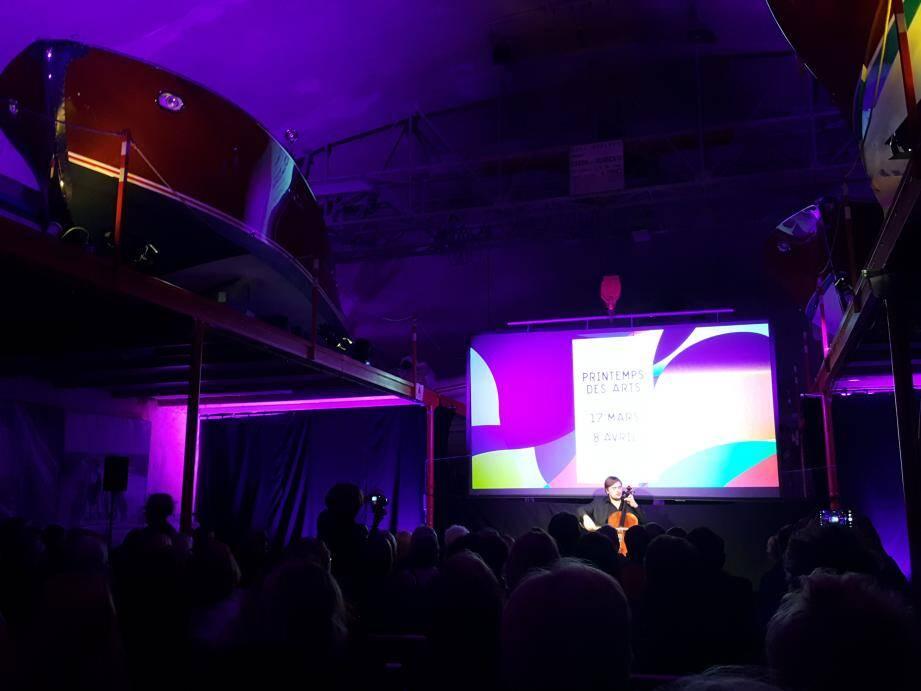 La jeune violoncelliste Ivan Karizna a ouvert la conférence de presse dans le tunnel Riva.