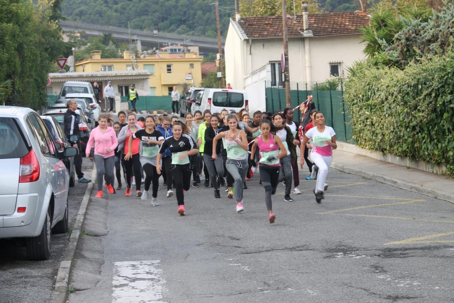 Allée des Lucioles, boulevard De-Gaulle, chemin de L'arbre, chemin Fuon-dou-Magistre, chemin d'Èze..., par tranche d'âges, filles puis garçon se sont élancés pour un parcours de plus de 2 km.