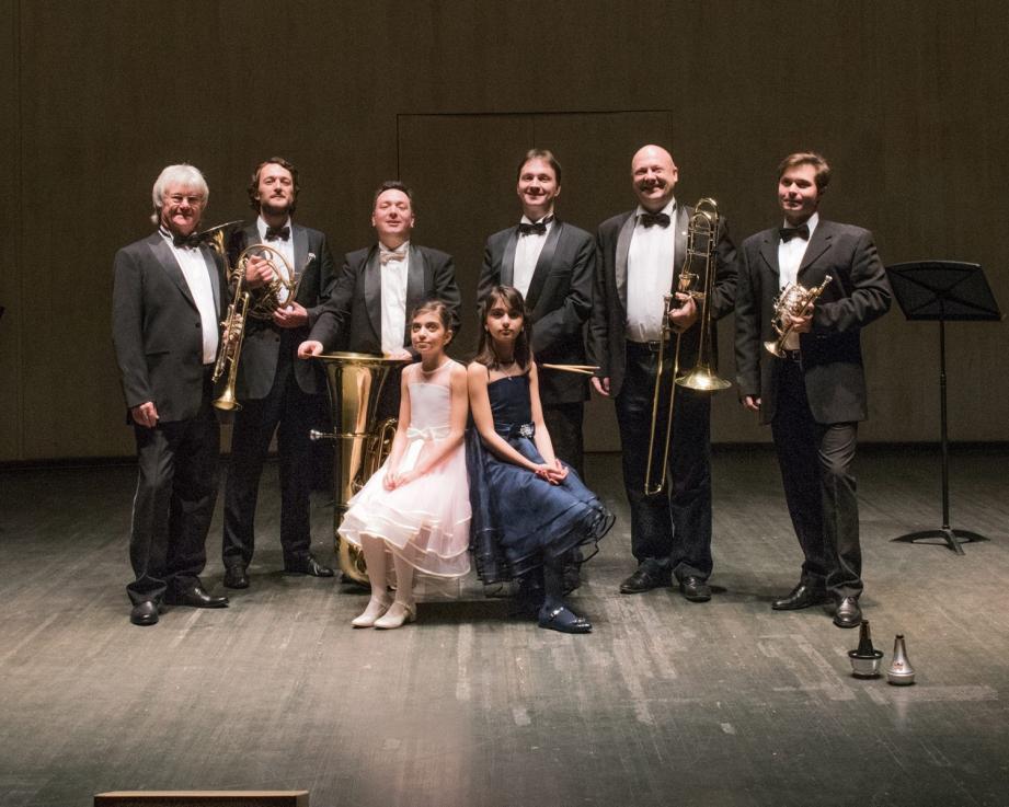 Les solistes du Bolchoï et les deux jeunes pianistes.(DR)