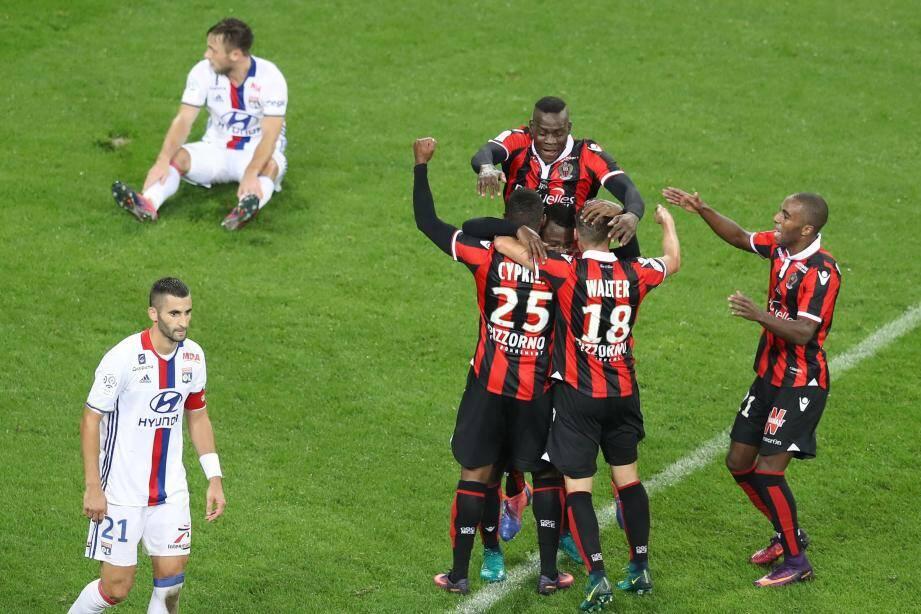 Les Niçois, bons leaders, peuvent laisser éclater leur joie au terme de cette victoire qui ne souffre d'aucune contestation. Les Lyonnais, pour leur part, enregistrent leur quatrième défaite de rang.