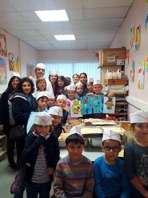 Les écoliers ont enfilé les toques et retroussé leurs manches jeudi pour cuisiner les légumes locaux .(D.R)