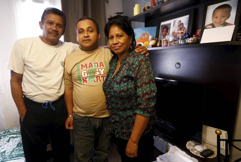 Bruno, Malgache de 36 ans établi à Nice, a perdu sa femme Mino le 14-Juillet. Trois mois plus tard,  il va lui rendre hommage avec ses beaux-parents.
