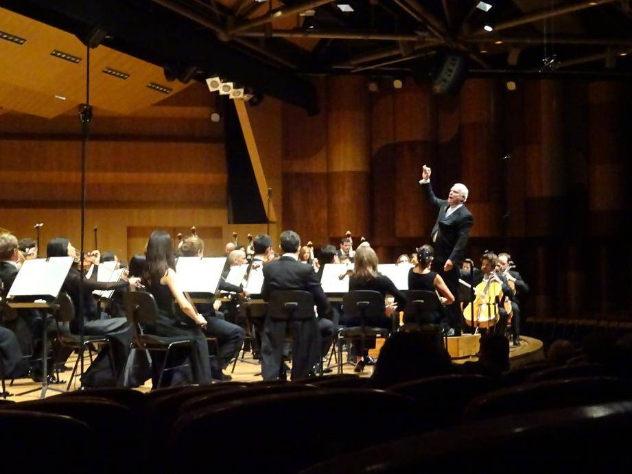 Yann-Pascal Tortelier dirigeant le Philharmonique, sans baguette mais avec talent.