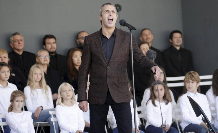 Très ému, Julien Clerc a interprété «Utile», accompagné par un piano, pour rendre hommage aux victimes.