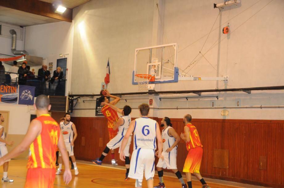 Les basketteurs du Stade Laurentin, en maillot blanc, ont certes gagné face à la lanterne rouge, Martigues, mais en se faisant quelques frayeurs en fin de match.