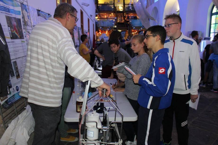 Beaucoup de jeunes, samedi, à la rencontre des chercheurs.