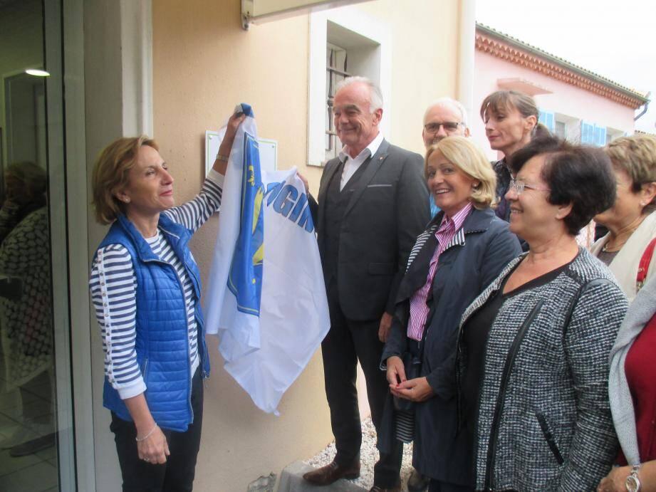La conseillère Françoise Duhalde-Guignard a dévoilé la plaque du Mougins Handicap Infos lors de l'inauguration.