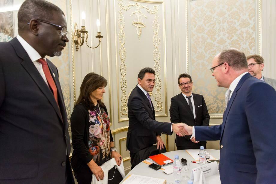 Alors que les hauts représentants de sept sociétés nationales de la Croix-Rouge de petits États d'Europe, du Comité international de la Croix-Rouge et de la Fédération internationale de la Croix-Rouge et du Croissant-Rouge se réunissent à Monaco, Simon Missiri (avec le prince et ci-dessous) revient sur les migrations en Europe.