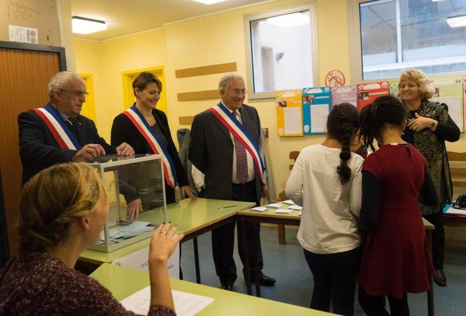 A St-Exupéry, les jeunes n'ont pas été intimidés par la présence des élus ceints de leur écharpe tricolore. (DR)