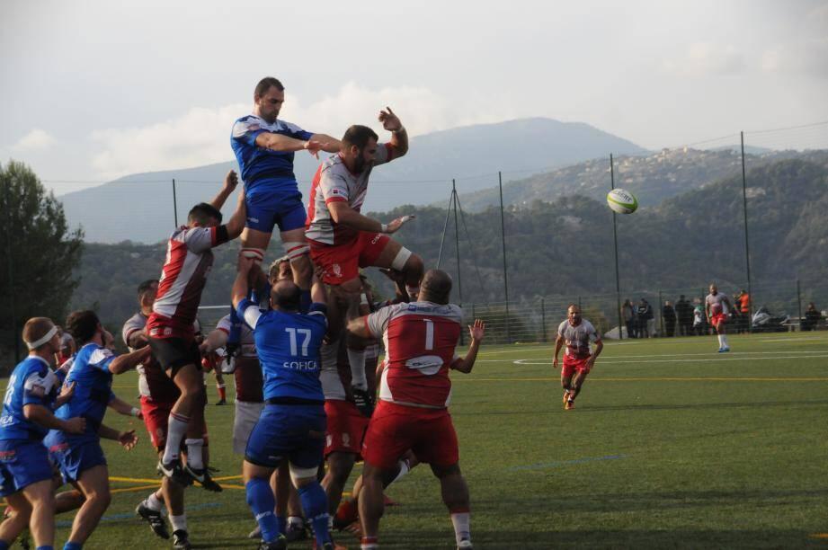Les rugbymen du Stade Laurentin (en maillot Bleu) disposent de Monaco, et sont reçus de ce fait cinq sur cinq, en remportant leur cinquième victoire consécutive de la saison.