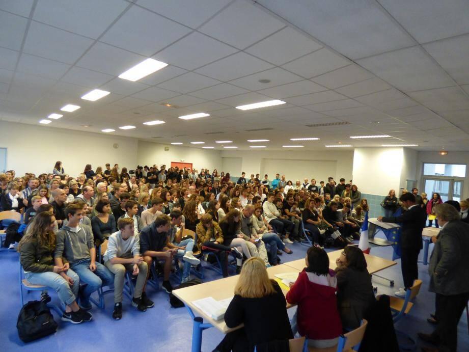 Entre 250 et 300 personnes ont assisté hier soir à la première cérémonie républicaine de remise des diplômes au collège Canteperdrix en présence du maire de Grasse, Jérôme Viaud.