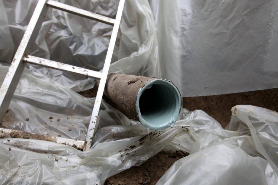 Le tuyau une fois enduit de résine, après avoir été nettoyé. Il ne reste plus qu'à la laisser sécher et c'est fini.
