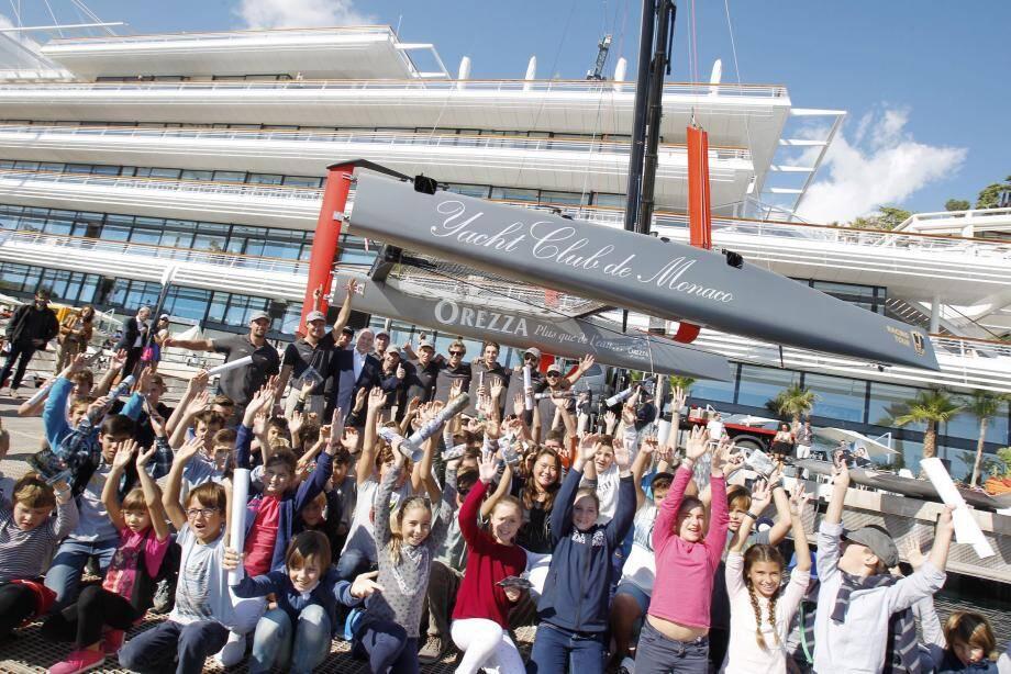 Photo de groupe avec des jeunes de la section sportive du Yacht-club de Monaco, hier après-midi après l'échange. Et avant de monter sur Malizia.