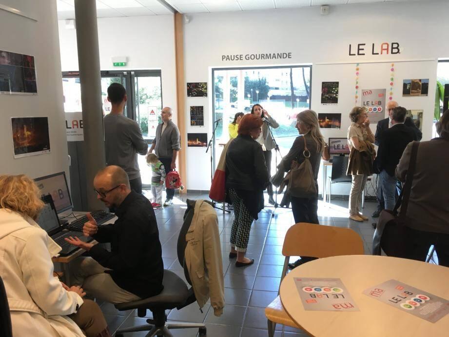 Profitant de l'inauguration, beaucoup sont venus se familiariser avec le numérique dans les différents ateliers proposés.