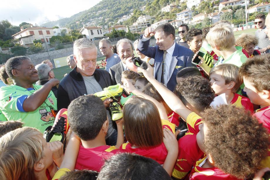 Didier Deschamps a signé des autographes à des dizaines de jeunes footballeurs.