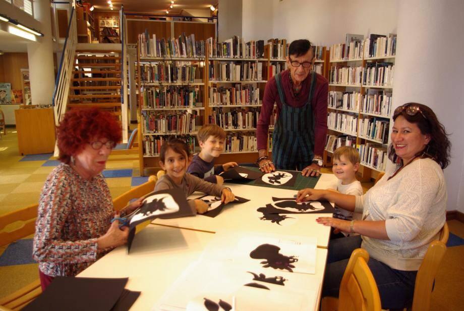Mercredi après midi ce sont les mains et les ciseaux qui travaillaient à la Médiathèque pour créer un petit théâtre d'ombres.