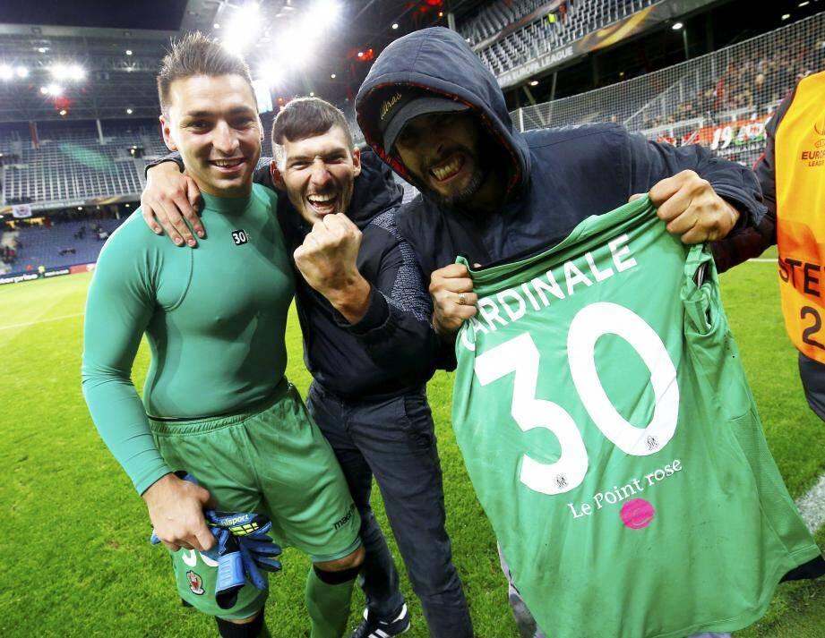 Le gardien de l'OGC Nice (à gauche, hier soir à l'issue de la victoire face à Salzbourg, en Autriche) a failli perdre son frère durant son enfance. Une expérience douloureuse qui l'a poussé à se proposer pour soutenir « le point rose ».