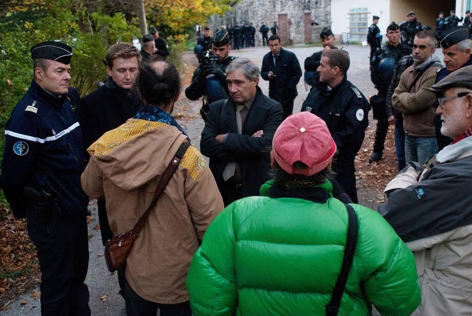 Séance d'explications entre les autorités et les militants associatifs, hier, avant l'évacuation.(DR)
