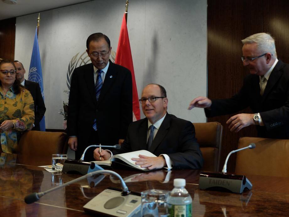 Le prince Albert II a signé le livre d'or de l'ONU, en présence du secrétaire général Ban Ki-moon.