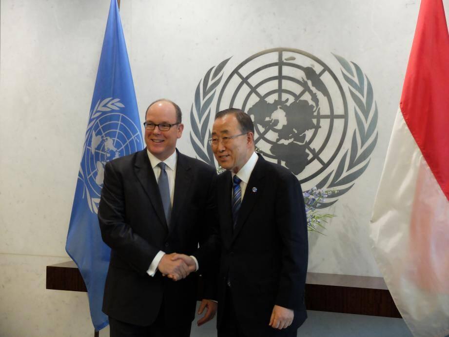 Le prince Albert II et le secrétaire général de l'ONU Ban Ki-moon, à l'issue du dépôt des instruments de ratification de l'Accord de Paris par Monaco, lundi au siège de l'ONU.