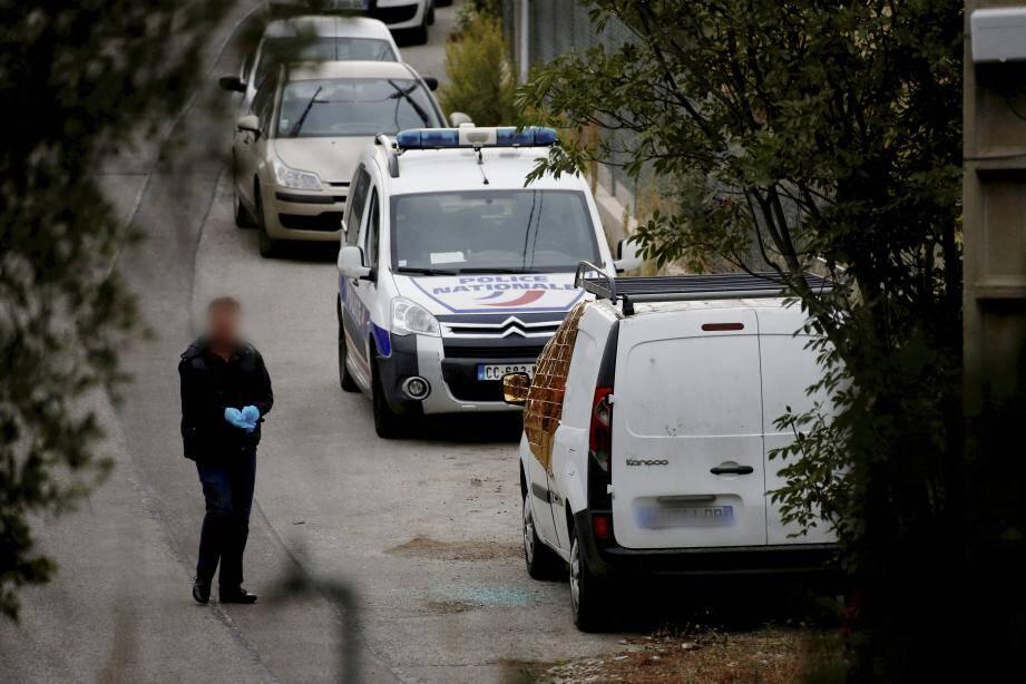 Les enquêteurs procèdent aux constatations autour du véhicule utilitaire, chemin de Saquier.