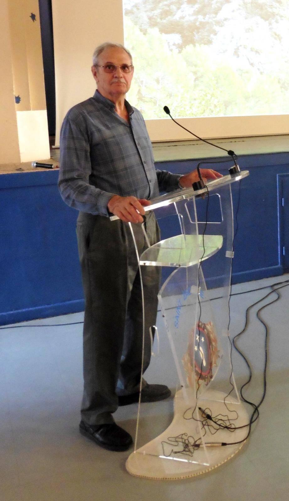 Jean-Claude Haingue est très souvent au pupitre pour commenter ses diaporamas sur des thèmes locaux.