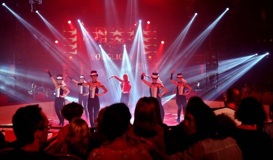 Jusqu'au 30 octobre, les Toulonnais pourront admirer des numéros de danse, d'équitation, de domptage ou encore de magie. Le nom du nouveau spectacle concocté par la famille Bouglione ? «Festif». Tout un programme...