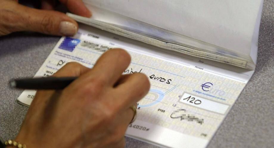 L'entrepreneur italien avait signé sept chèques de 4 761 e alors que son compte était débiteur de 77 000 e.