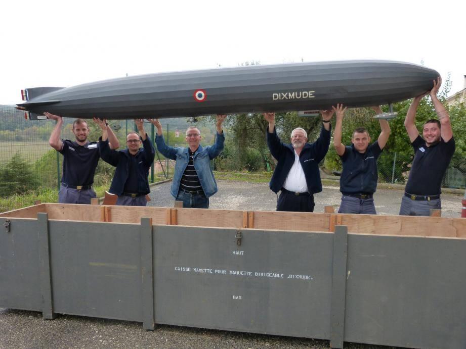 Daniel Baert et le major Merlin aidés du personnel du CELAé (centre de logistique de l'aéronautique navale) de Cuers ont préparé la maquette pour son périple qui la conduira dans les Yvelines.